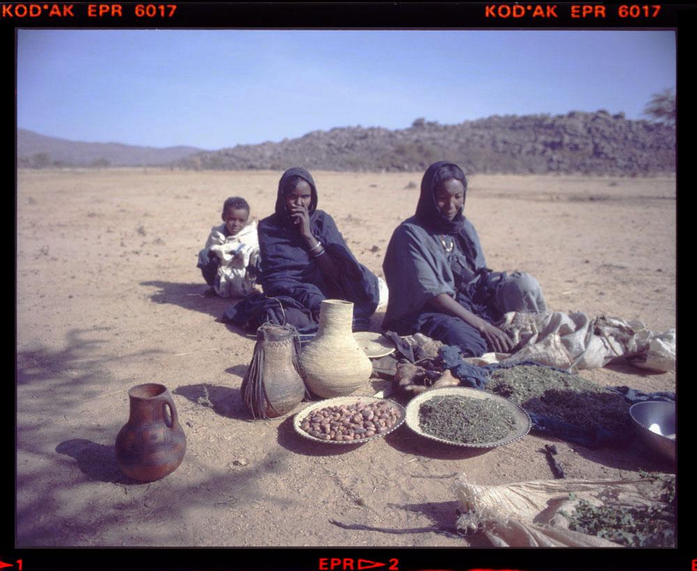 herb sellers - Egharghar - Bagzane Plateau - Air Mtns Nov 1986 Gordon Brent Ingram (5)
