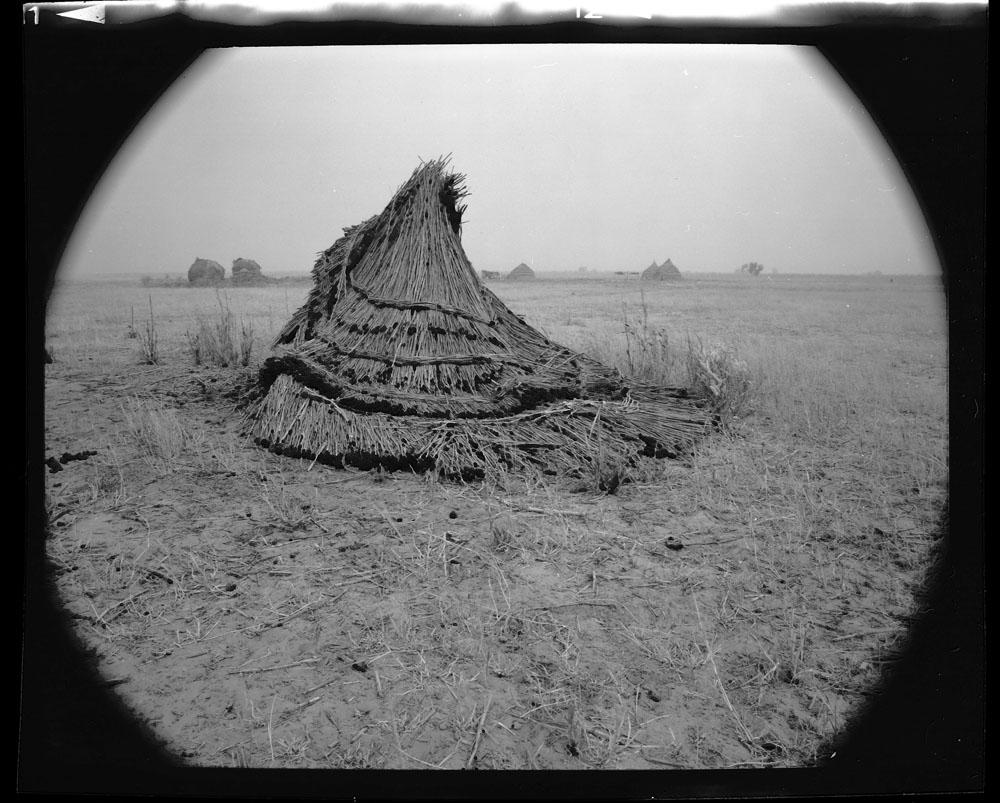 Abandoned granary during a famine in central Niger October 1984 Gordon Brent Ingram (small)