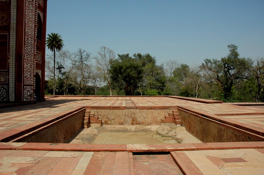 Empty pool, Sekandra, Akbar's Tomb, Agra, Uttar Pradesh, 18 March 2007, photograph by Gordon Brent Ingram