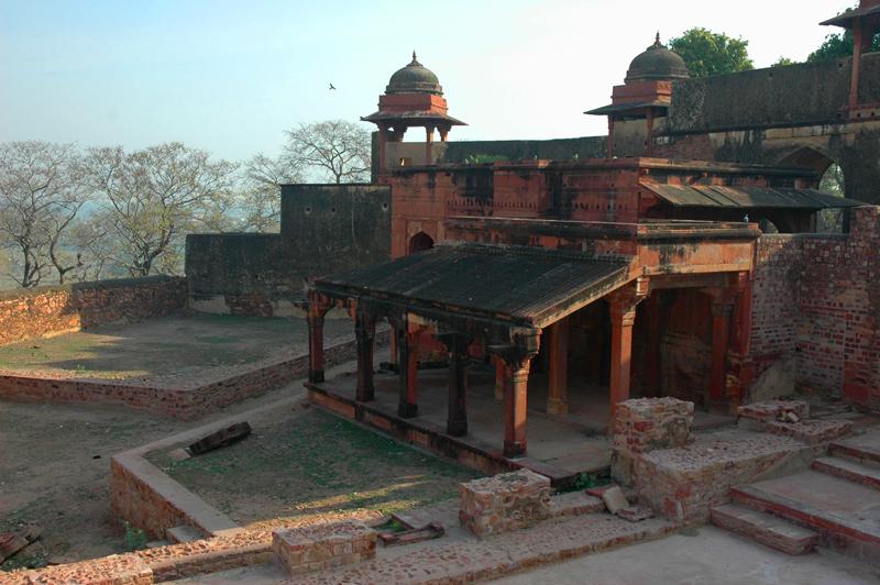 Nagina Masjid and chhatri, Fatehpur Sikri, Uttar Pradesh, 19 March 2007, photography by Gordon Brent Ingram